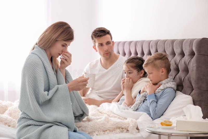 Целая семья страдая от холода стоковая фотография rf