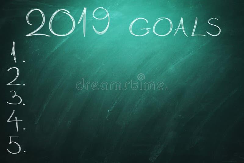 2019 целей на зеленой доске chalkboard Новый Год - новые проблемы дела стоковые изображения rf