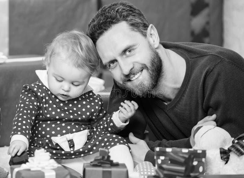Цели родительства Бесконечная любовь Родительство как проблема и достижение Игра отца с милой дочерью малыша младенца стоковое изображение rf