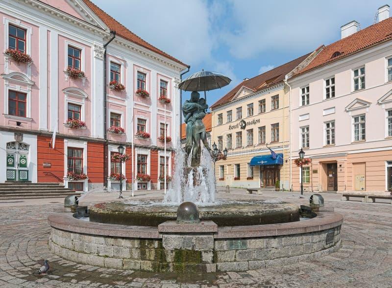 Целовать фонтан студентов в Tartu, Эстония стоковое изображение rf