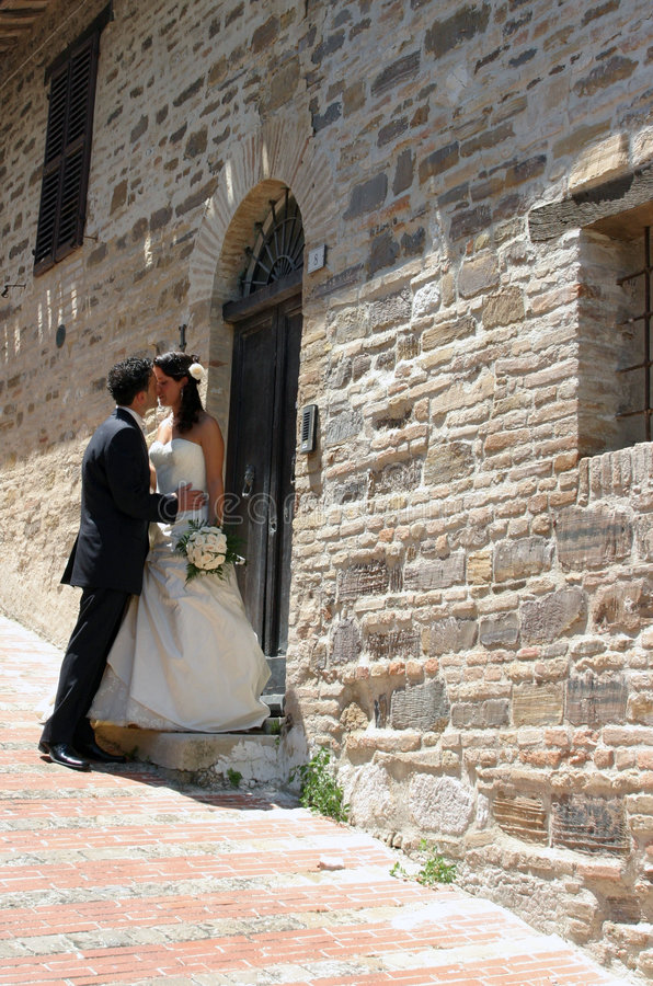 целовать groom невесты стоковая фотография rf