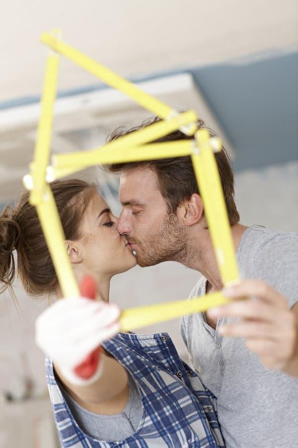 Целующ пар возобновляя домой стоковая фотография rf