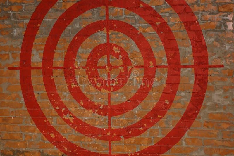 Цель на красной кирпичной стене graffiti стоковое изображение