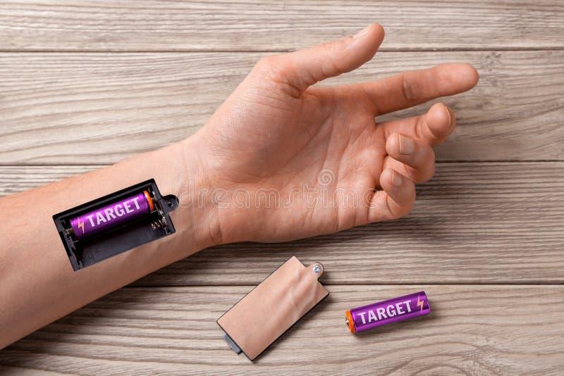 Цель Рука человека с шлицем для поручая цели батарей стоковые фото