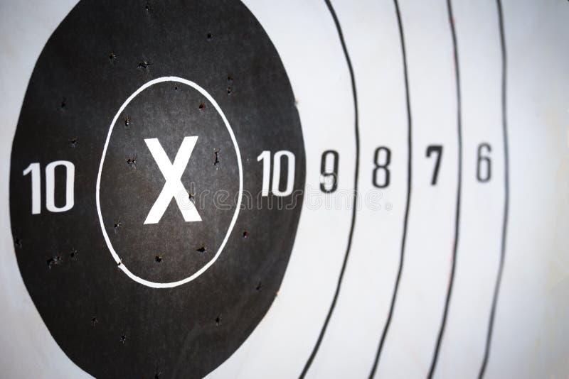 Цель стрельбы бумажная ударила на x и счете 10 с космосом экземпляра стоковые изображения