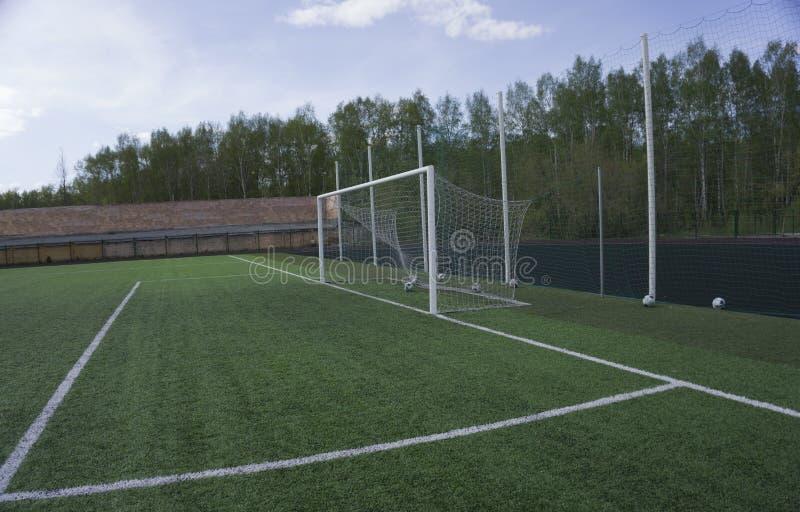 Цель строба футбола на зеленой траве стоковые изображения