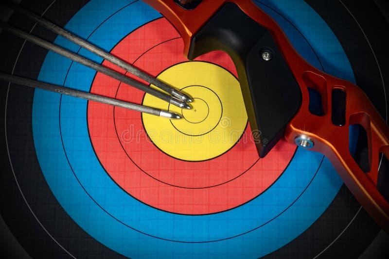 Цель с луком и стрелы - спортом Archery стоковая фотография