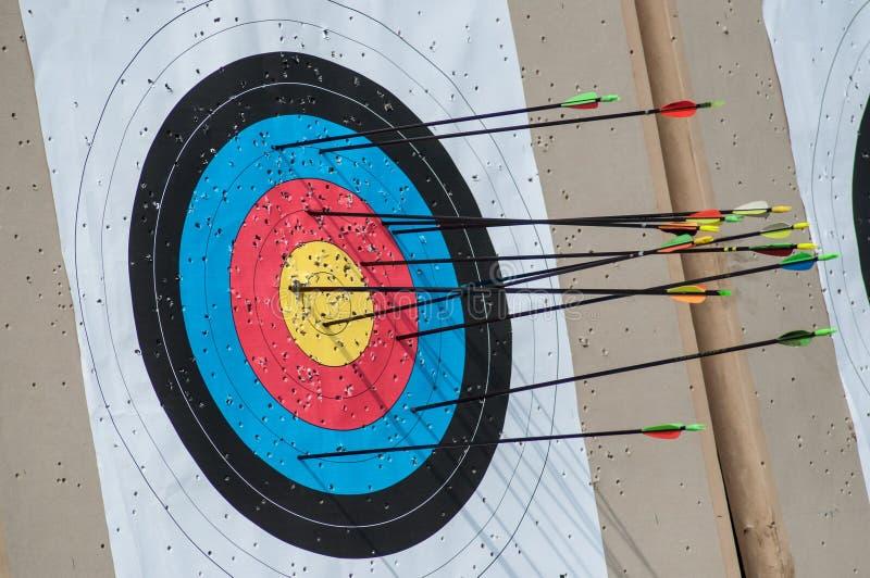 Цель Archery со стрелками по ей стоковое изображение