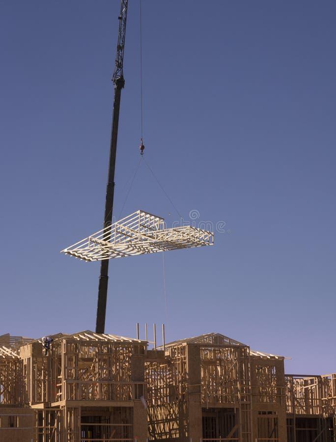 цемент блока предпосылки голубой заволакивает ферменная конструкция неба крыши дома конструкции новая деревянная стоковые изображения
