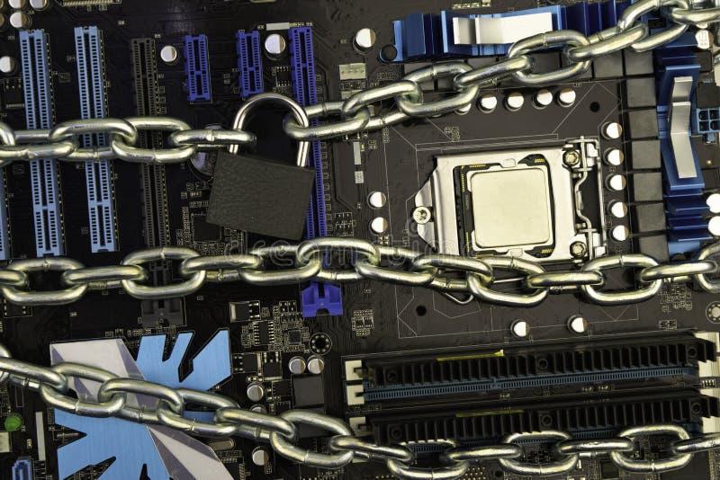 Цензура, ограничения и ограничения на интернете концепция, материнская плата в цепях под замком и ключ стоковое изображение