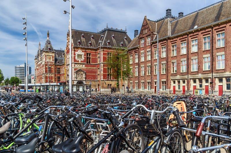 Центральный вокзал и велосипеды Амстердама стоковая фотография rf