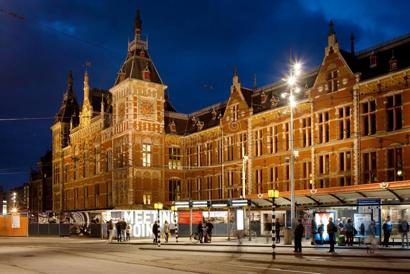 Центральный вокзал и трамвайная остановка Амстердама вечером стоковые фото