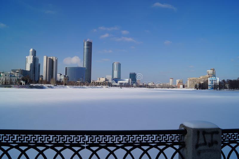 Центральный пруд города Екатеринбурга, зимы стоковое фото rf