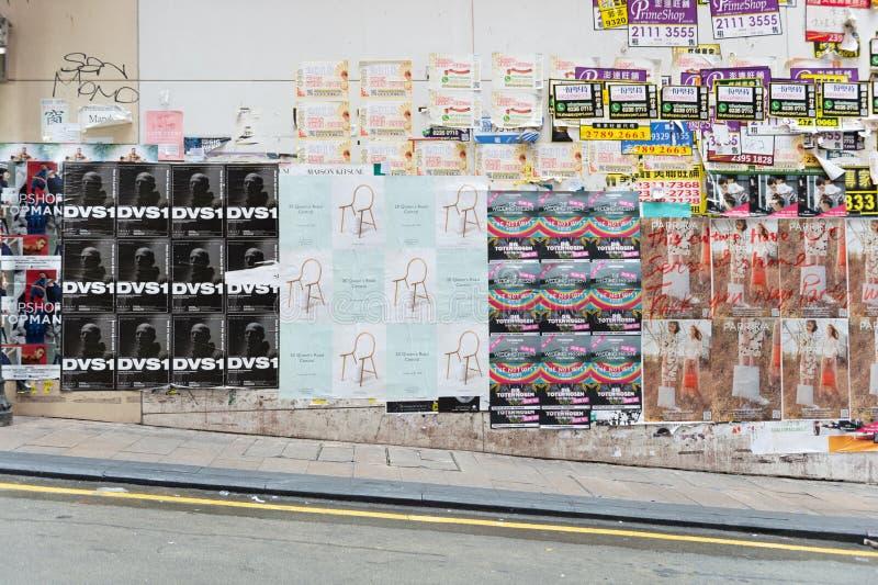 Централь, Гонконг - ОКОЛО апрель 2018: плакаты рекламы на стене стоковая фотография