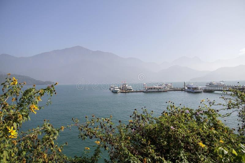центральные восхитительные горы луны озера устанавливают солнце taiwan остальных релаксации поистине стоковое изображение
