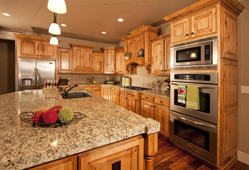 центризуйте кухню острова самомоднейшую стоковое изображение rf