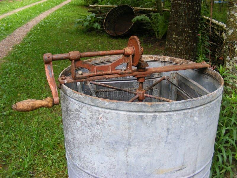 Центрифуга меда, старый ручной работы экстрактор меда стоковые изображения rf
