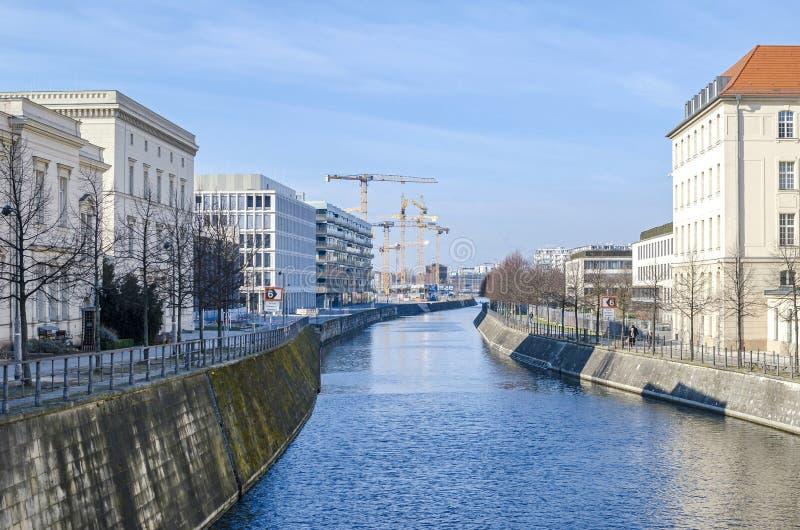 Центр Берлина с оживлением укрепил банки и краны стоковая фотография