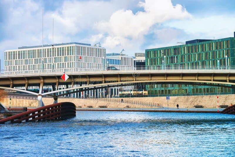 Центр города и мост дела над рекой Берлином Mitte оживления стоковые изображения rf