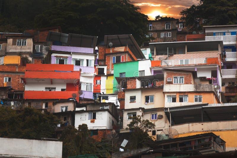 Центр города и favela Рио-де-Жанейро стоковые фото