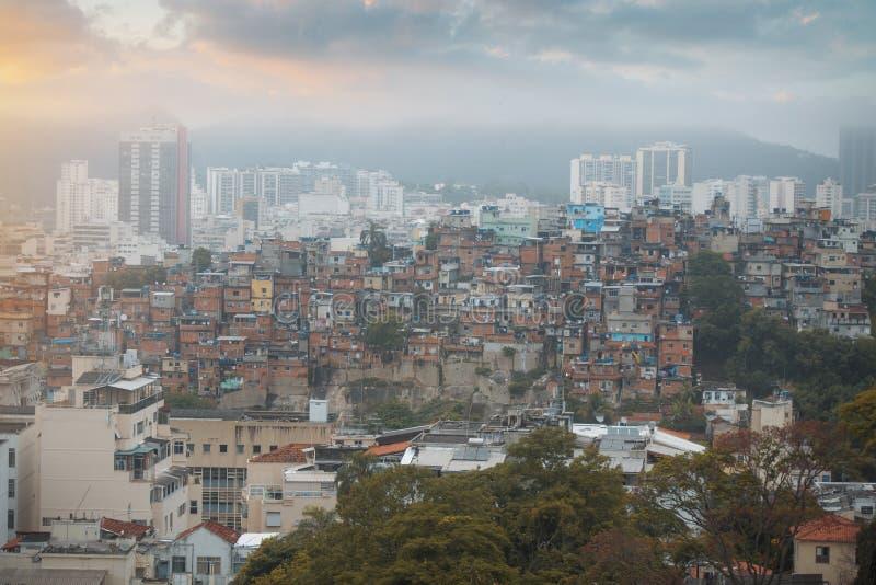 Центр города и favela Рио-де-Жанейро стоковые изображения