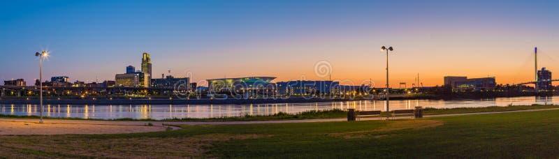 Центр города Омаха Небраска сцены ночи панорамного вида стоковая фотография