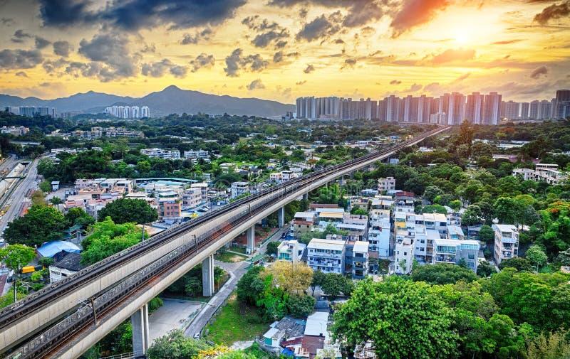 Центр города Гонконга городской и поезд скорости захода солнца стоковые фотографии rf