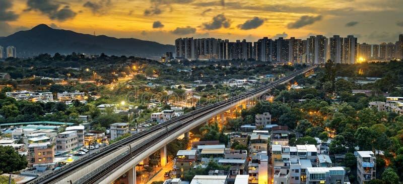 Центр города Гонконга городской и поезд скорости захода солнца стоковое фото