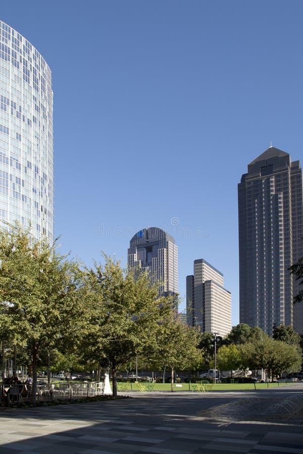 Центр города города Далласа и Klyde Уоррена паркует взгляд стоковое фото rf