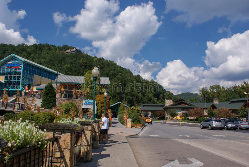 Центр города маленького города Gatlinburg и закоптелых ландшафтов гор вокруг его - самые интересные путешествовать в Теннесси, СШ стоковые фотографии rf