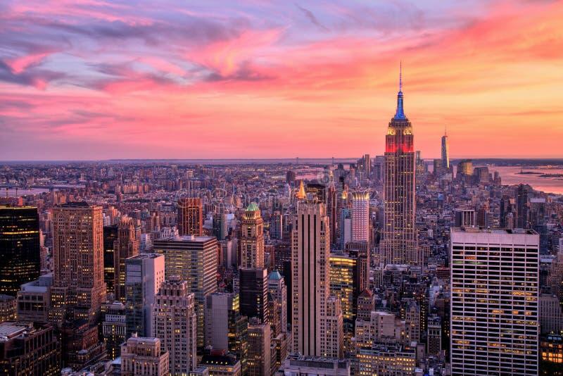 Центр города Нью-Йорка с Эмпайром Стейтом Билдингом на изумительном заходе солнца стоковые фотографии rf