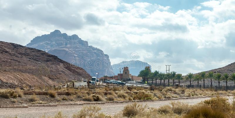 Центр для посетителей рома вадей стоит около ноги красных гор в пустыне рома вадей около города Акабы в Джордан стоковое изображение rf