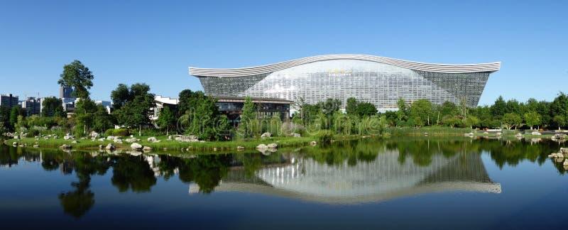 Центр нового столетия глобальный, Чэнду, Сычуань, Китай против голубых небес стоковые фотографии rf