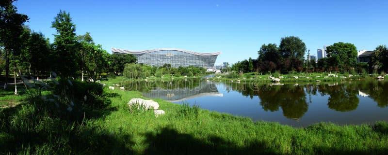 Центр нового столетия глобальный, Чэнду, Сычуань, Китай против голубых небес стоковое фото