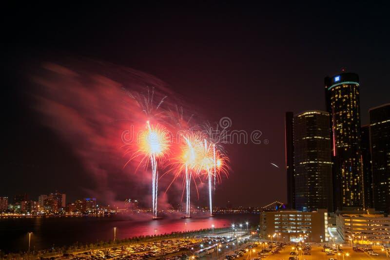 Центр ренессанса GM во время фейерверков фестиваля свободы вдоль живописного берега реки Детройта стоковое фото