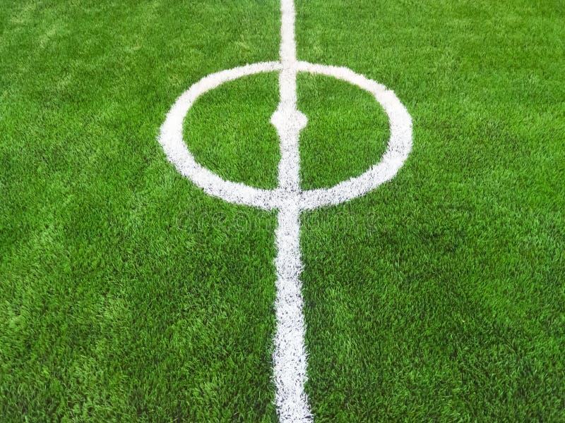 Центр травы футбольного поля зеленой стоковые фото