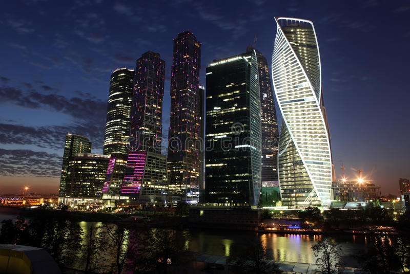Центр international города небоскребов взгляда ночи стоковое изображение