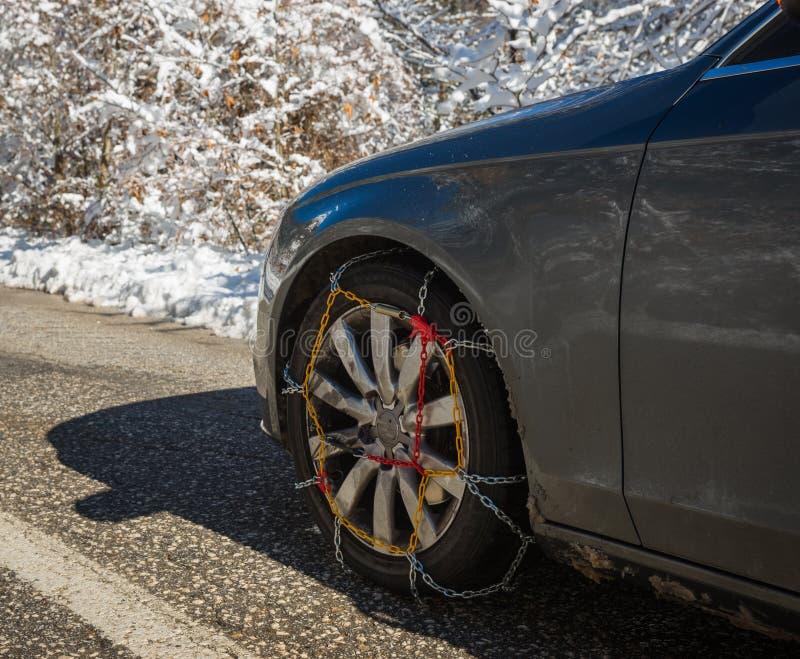 Цепи на weels автомобиля в снежных горах во время зимы стоковое изображение