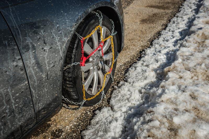 Цепи на weels автомобиля в снежных горах во время зимы стоковая фотография rf
