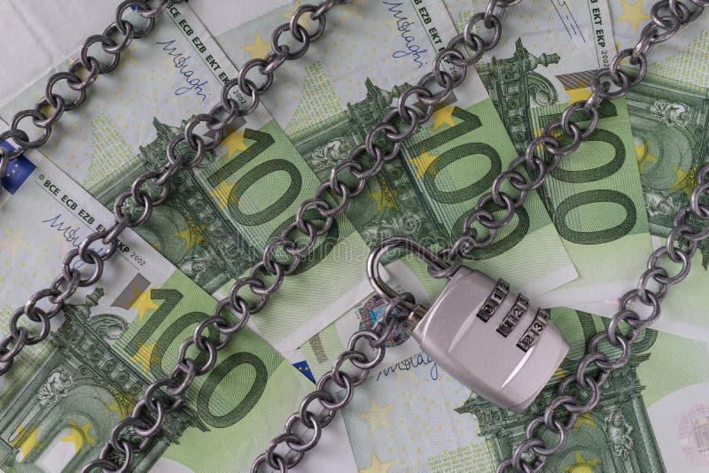 Цепи с комбинацией padlock на банкнотах евро как банк безопасности стоковая фотография rf