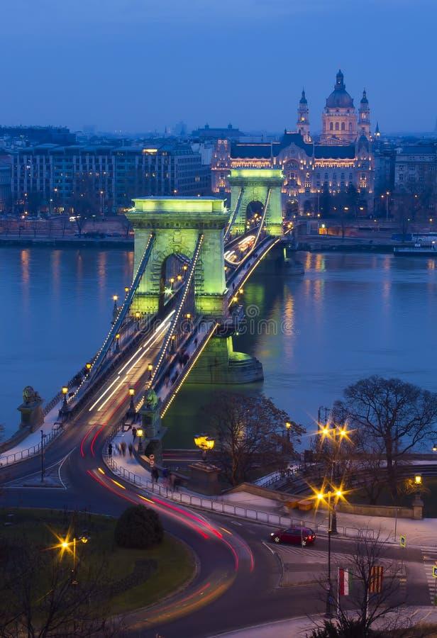 Цепной мост в Будапеште, Венгрии на заходе солнца стоковые фотографии rf