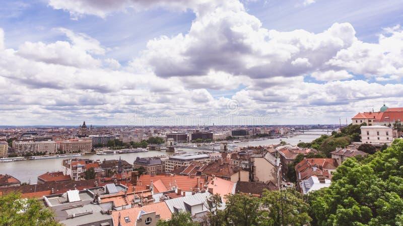 Цепной мост на Дунае в городе Будапешта Венгрия Городская панорама ландшафта со старыми зданиями стоковое изображение