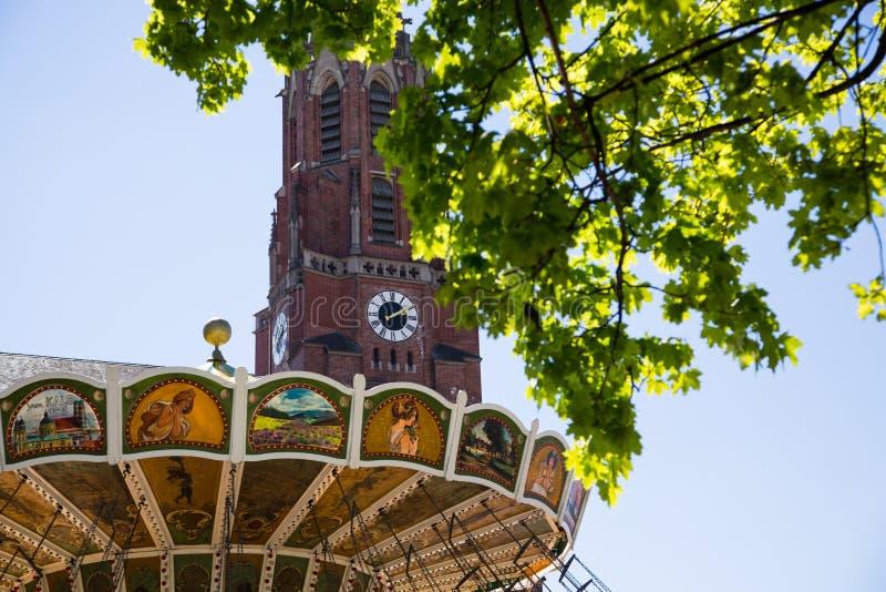 Цепной carousel перед Mariahilfkirche стоковая фотография
