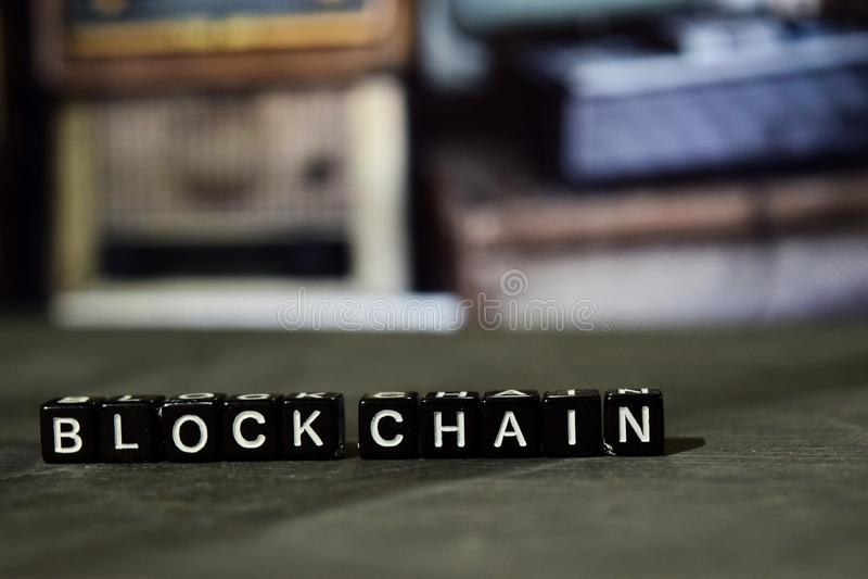Цепь блока на деревянных блоках Принципиальная схема дела и финансов стоковые фото