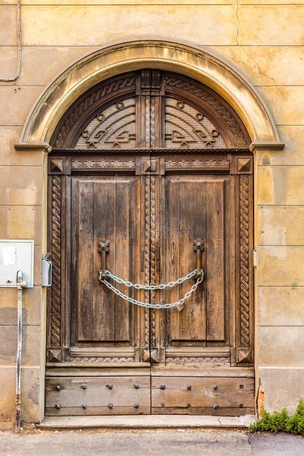Цепь запирает старую деревянную дверь стоковое изображение rf