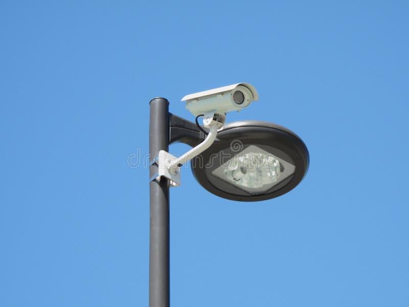 цепь камеры закрыла столб обнаруженный местонахождение светом стоковые фото