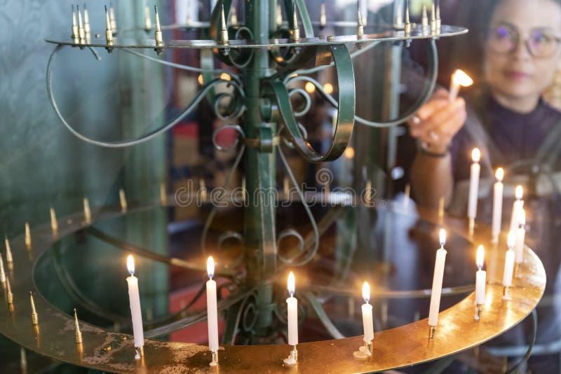 Церемониальное освещение в храме Сенсо-Цзи, Токио, Япония стоковые фото