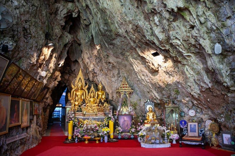 Церемониальные милостыни внутри виска Wat Tham Pha Plong, Chiang Dao, провинции Чиангмая стоковые фотографии rf