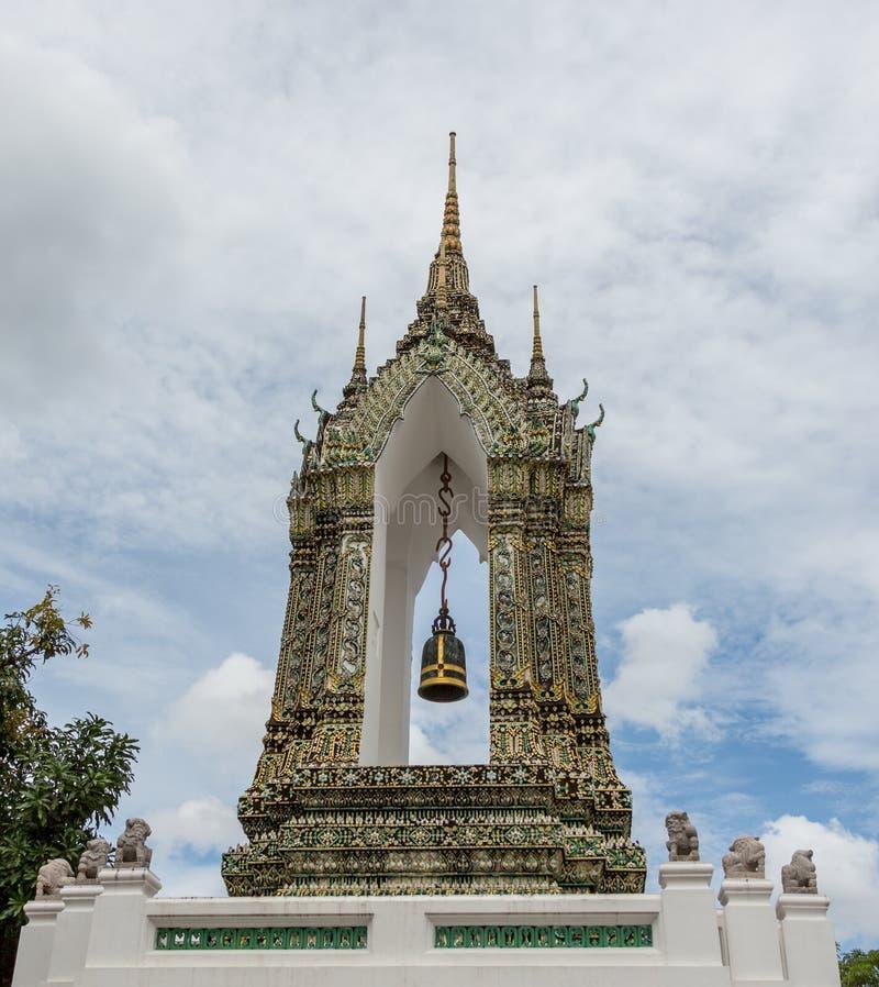 Download Церемониальный колокол на грандиозном дворце Стоковое Изображение - изображение насчитывающей висок, поклонение: 37930417
