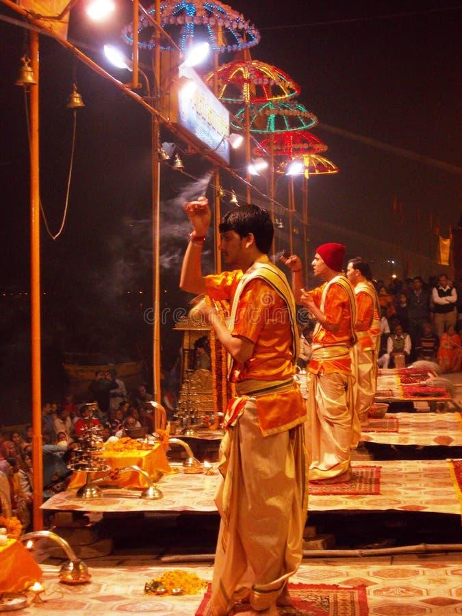 Церемония захода солнца в Священном городе Варанаси в Индии стоковые фотографии rf